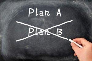 12825192-plan-a-plan-b-y-escrito-sobre-un-fondo-de-pizarra-con-una-tiza-mano-que-sostiene